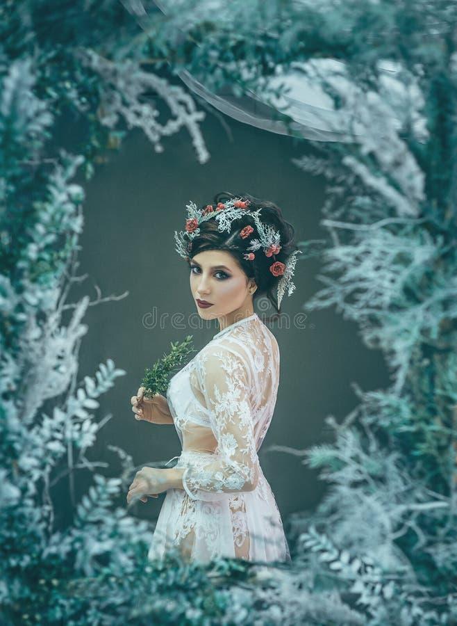 Девушка - изображение, обрамленное от ветвей стоковая фотография rf