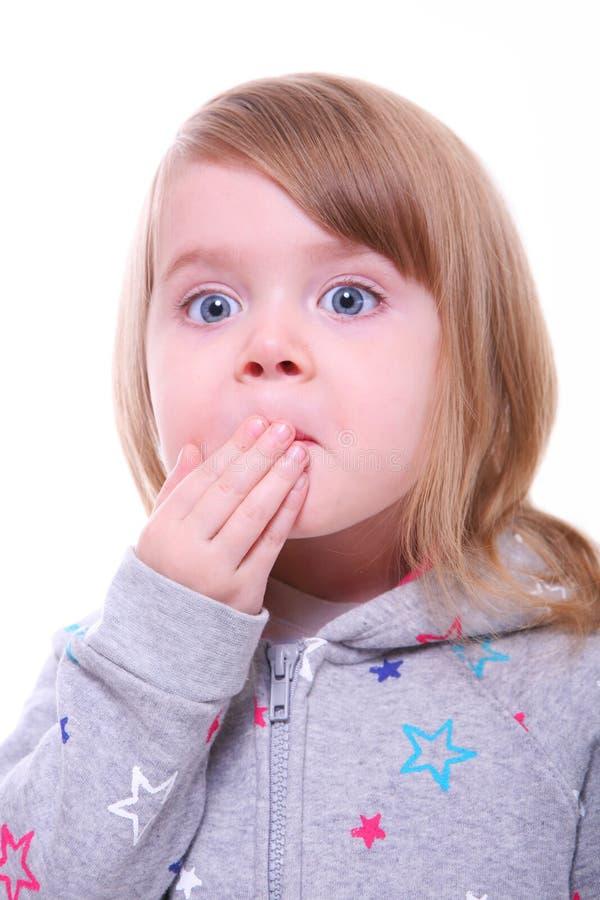девушка изолировала удивленных детенышей стоковое изображение