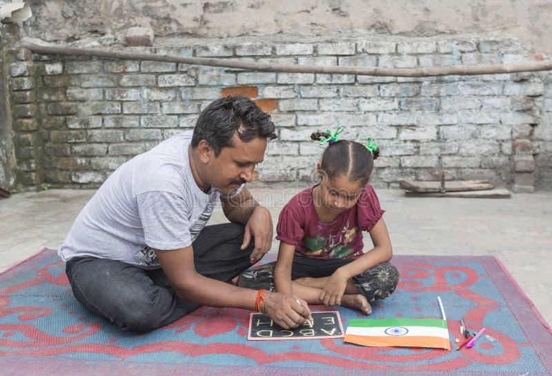 Девушка изучая начальное образование в открытой школе стоковые фотографии rf