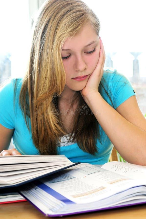 девушка изучая подростковые учебники стоковое изображение rf