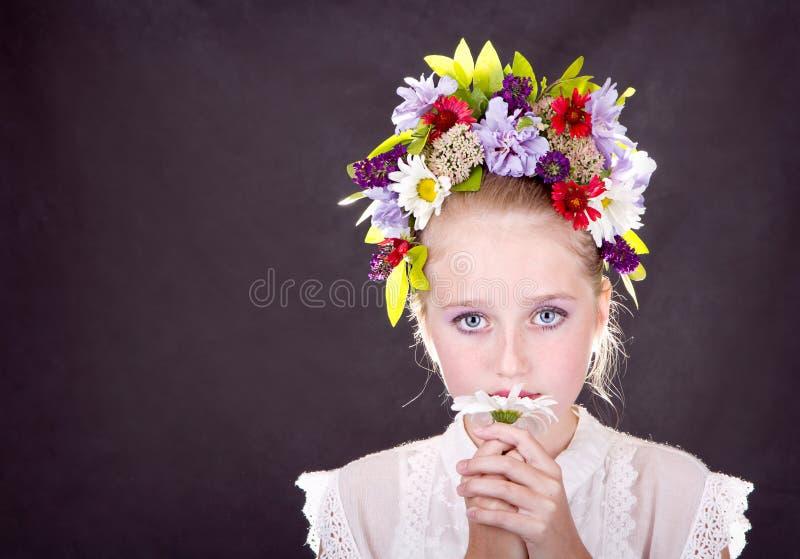 Девушка или предназначенное для подростков с цветками в волосах стоковое изображение rf