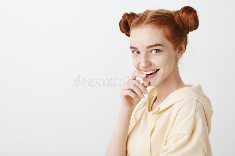 Девушка имеет интересные планы на нас Портрет любознательной привлекательной европейской женщины с красный сдерживать волос и сти стоковое изображение rf