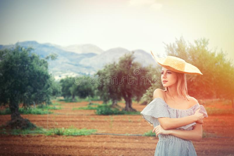 Девушка имеет остатки в греческом прованском саде стоковая фотография