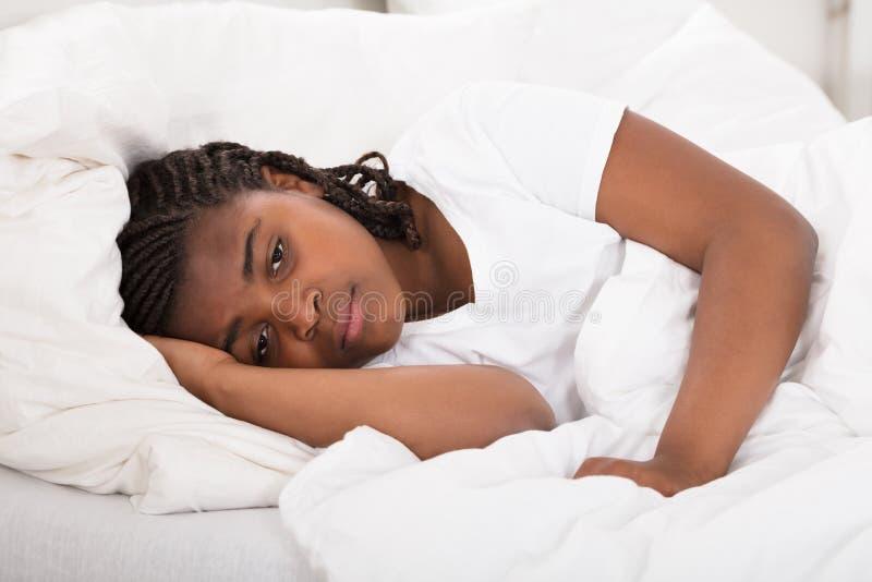 Девушка имея ночу Sleeplessness стоковые изображения