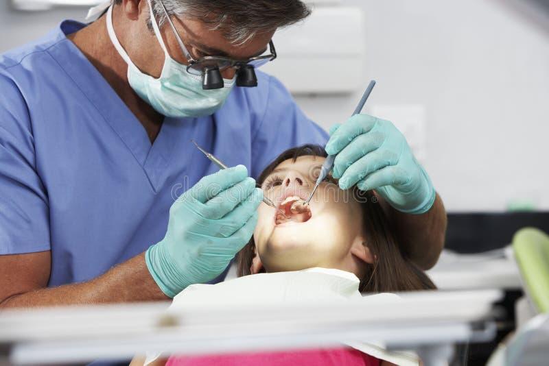 Девушка имея проверку вверх с дантистом стоковое изображение