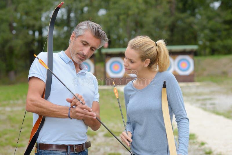 Девушка имея уроки archery стоковая фотография rf