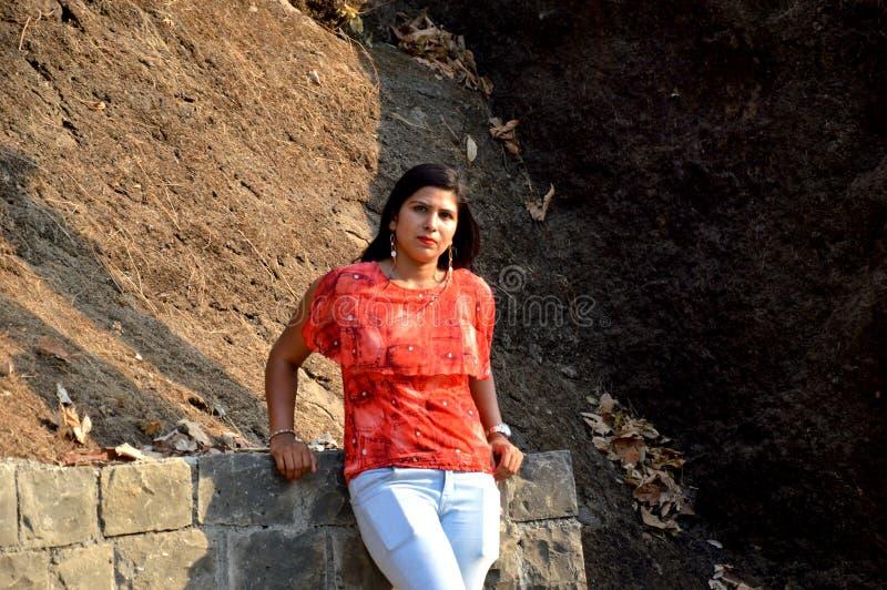 Девушка интересуя в лесе наслаждаясь природой в Мумбае Индии стоковые изображения