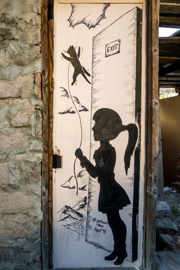 Девушка искусства улицы с котом стоковая фотография rf