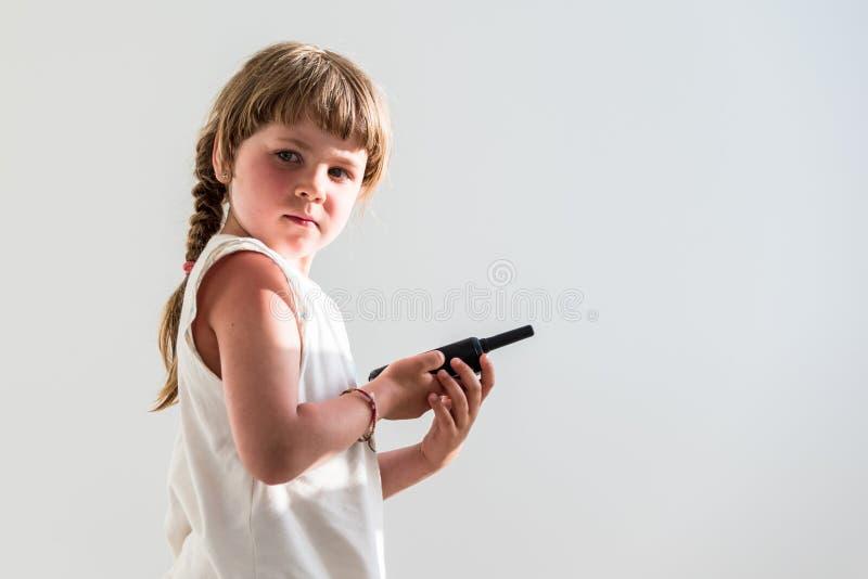 Девушка используя рацию стоковое изображение