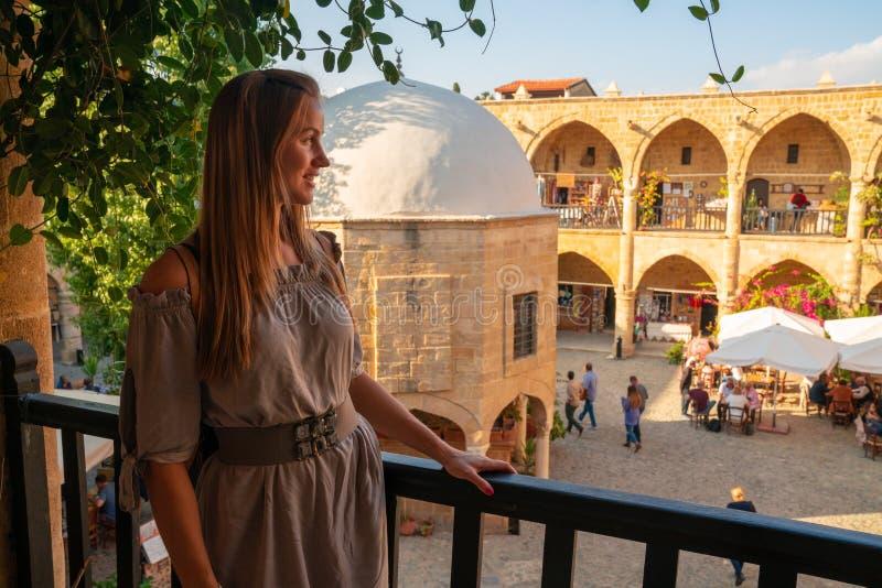 Девушка исследуя Buyuk Хан большая гостиница, самый большой караван-сарай в Кипре стоковые изображения rf