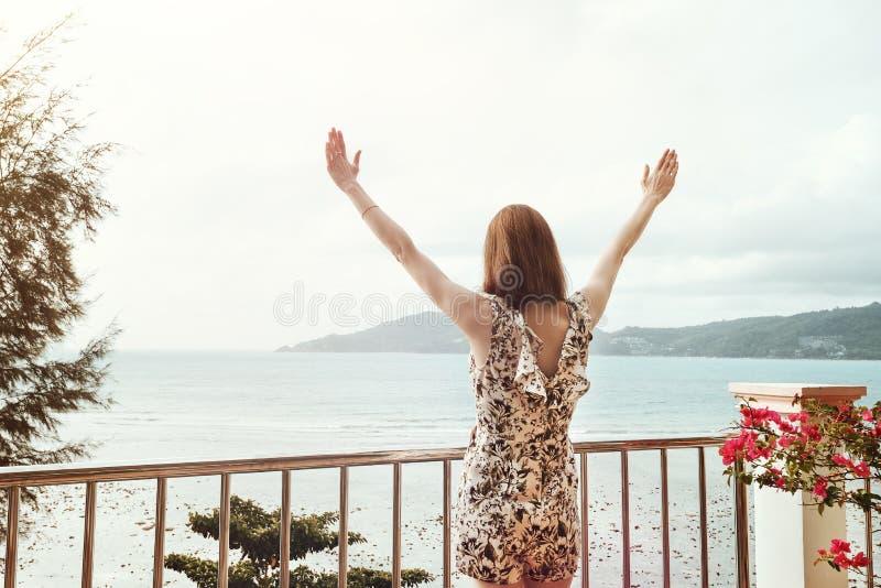 Девушка ища море стоковое изображение