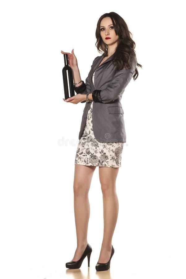 Девушка и бутылка вина стоковое фото