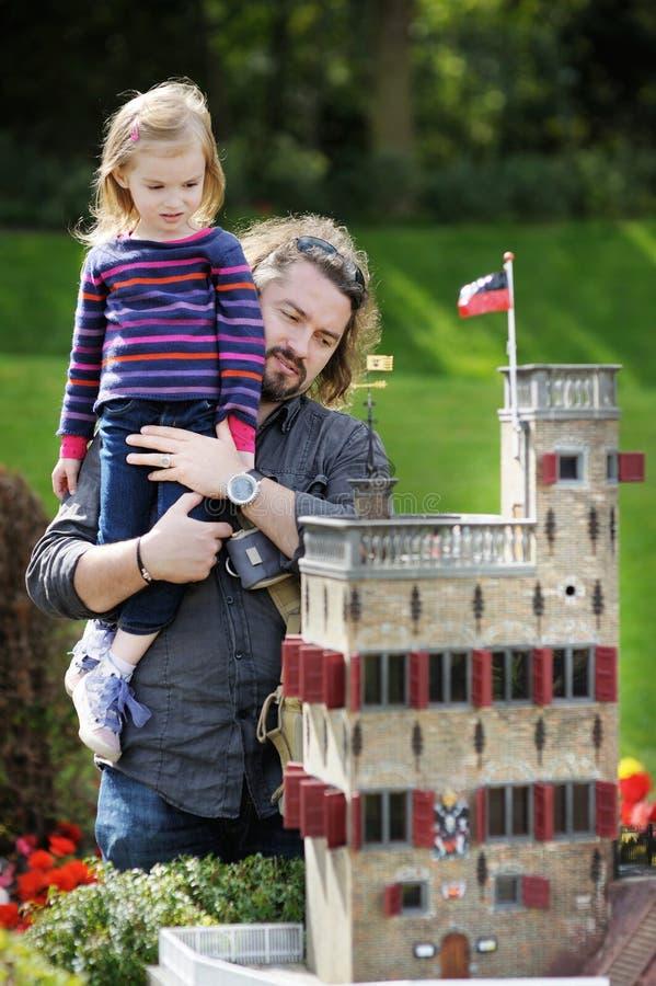 Девушка и ее отец в городе миниатюры Madurodam стоковая фотография