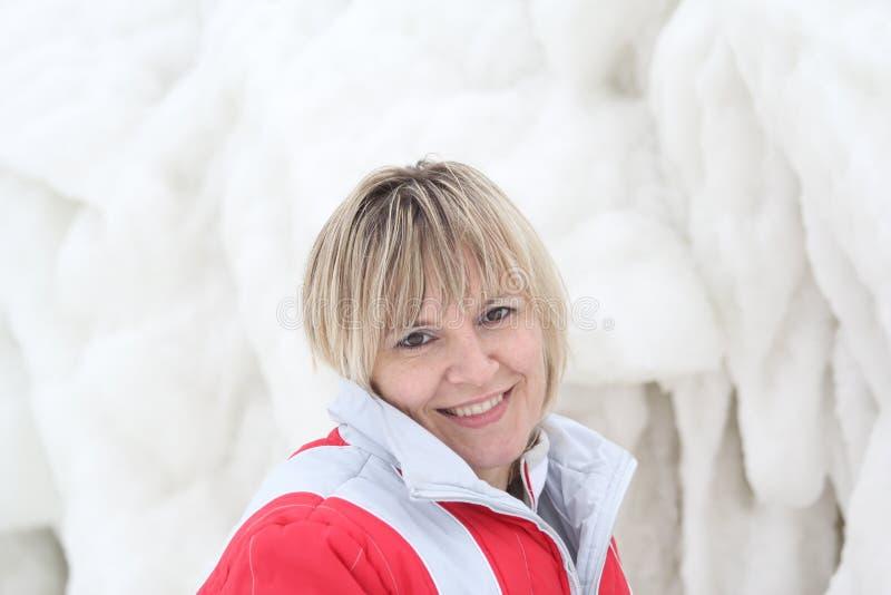 Девушка и замороженная волна моря стоковые изображения rf