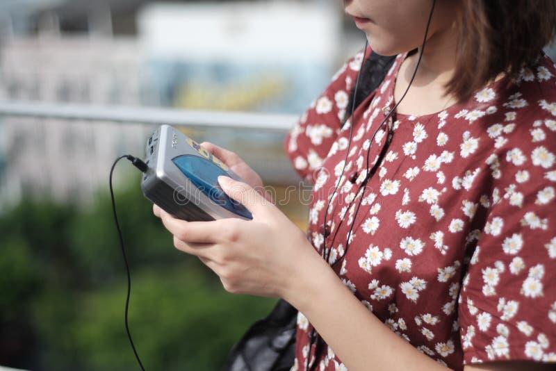 Девушка и кассета стоковое фото