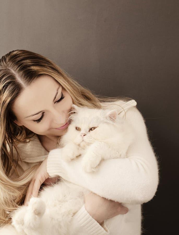 Девушка и кот стоковая фотография