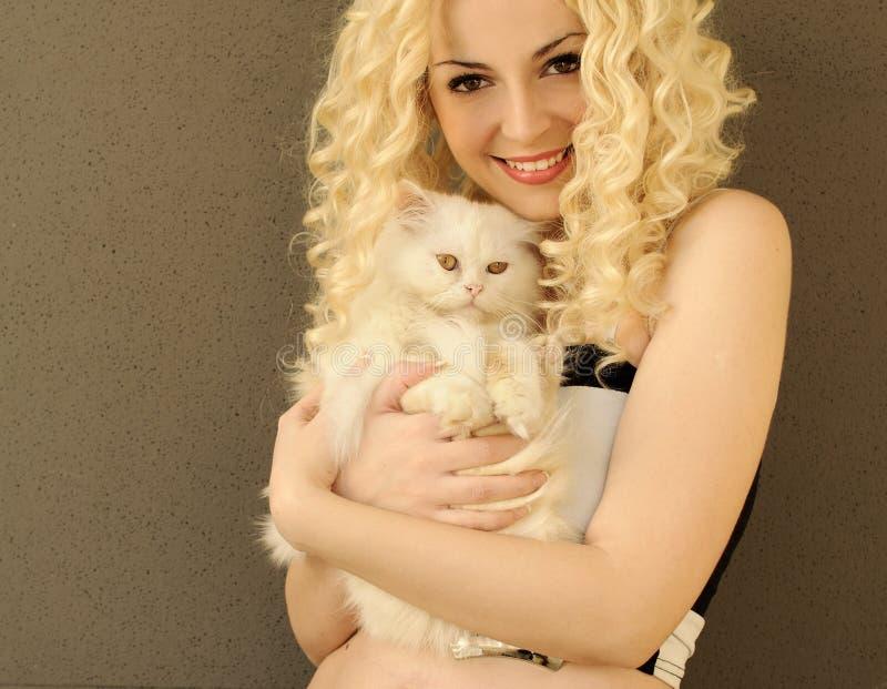 Девушка и кот стоковые фото