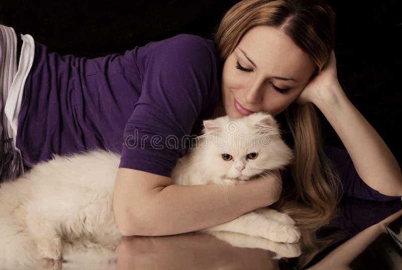 Девушка и кот стоковое изображение