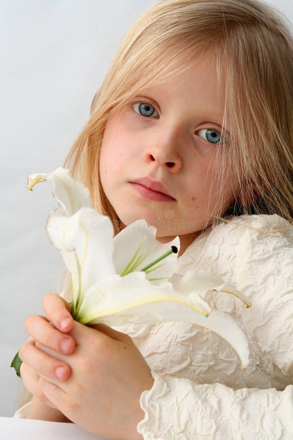 Девушка и лилии стоковые изображения rf