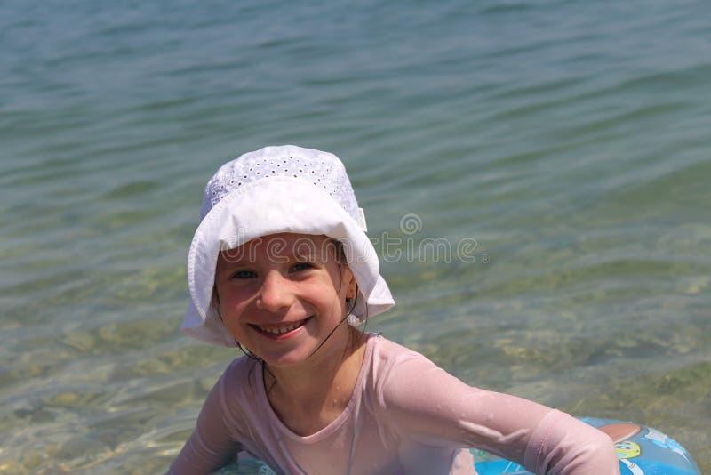 Девушка и море стоковое изображение rf