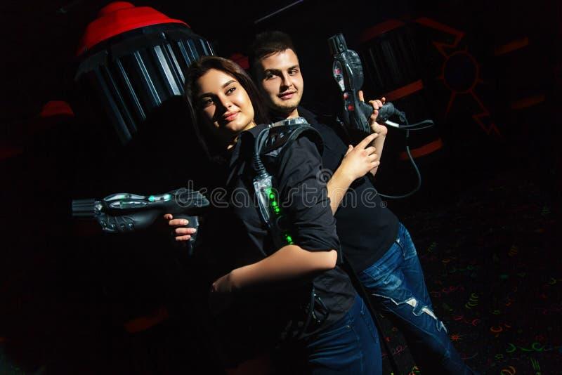 Девушка и парень бирки лазера стоковое фото rf