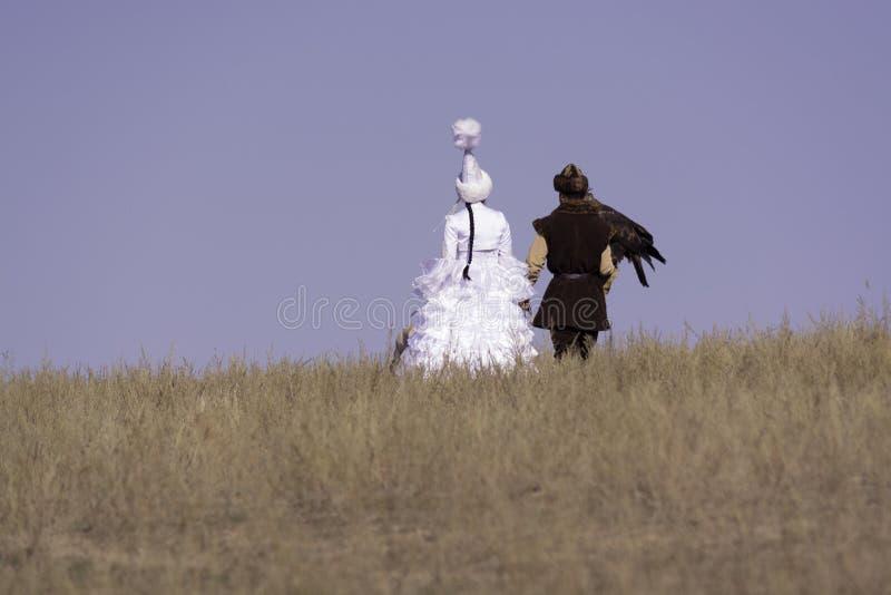 Девушка и парень с беркутом стоковые фотографии rf