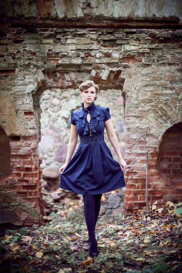 Девушка и руины стоковые фотографии rf