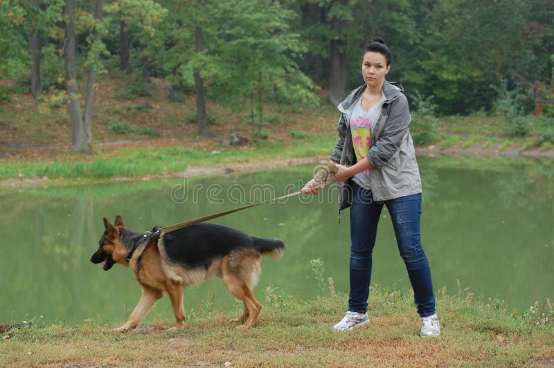 Девушка и собака стоковое изображение rf