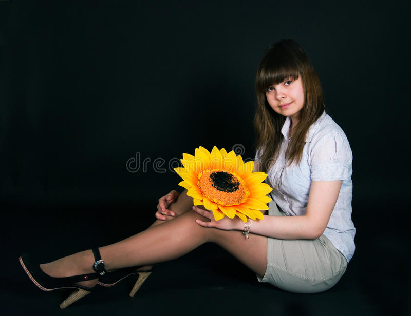 Девушка и солнцецвет стоковое фото
