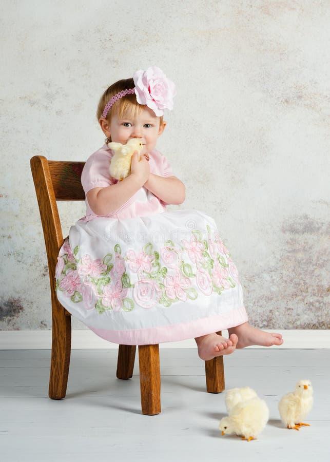 Девушка и цыпленоки пасхи стоковые фото