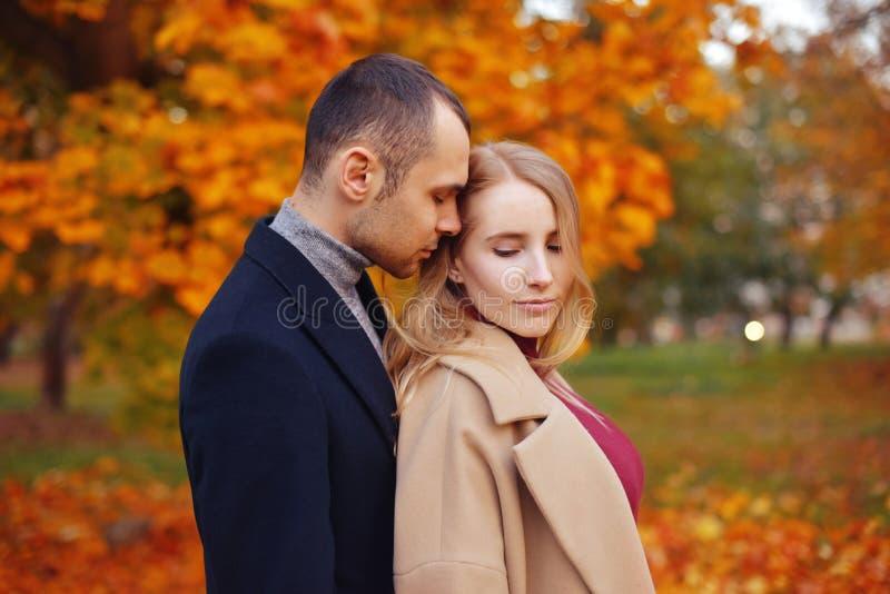 Девушка и человек или любовники на объятии даты Пары в влюбленности в парке Концепция датировка осени Человек и женщина с счастли стоковые фото