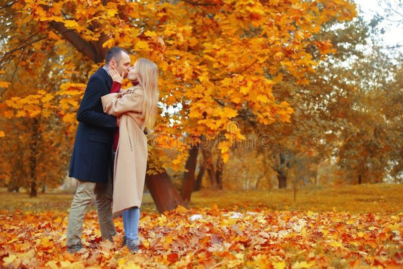 Девушка и человек или любовники на объятии даты Пары в влюбленности в парке Концепция датировка осени Человек и женщина с счастли стоковая фотография