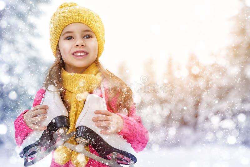 Девушка идя конек стоковое фото rf