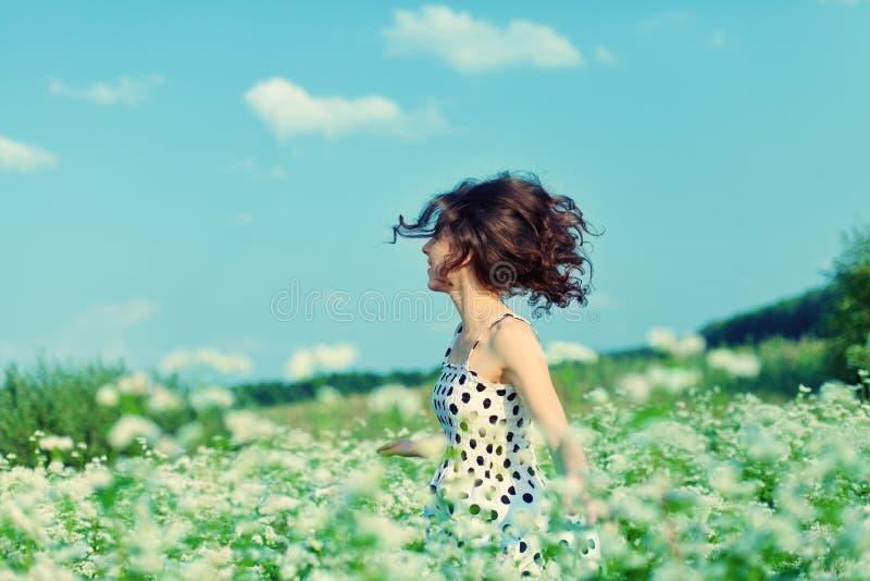 Девушка идя на поле гречихи стоковые изображения