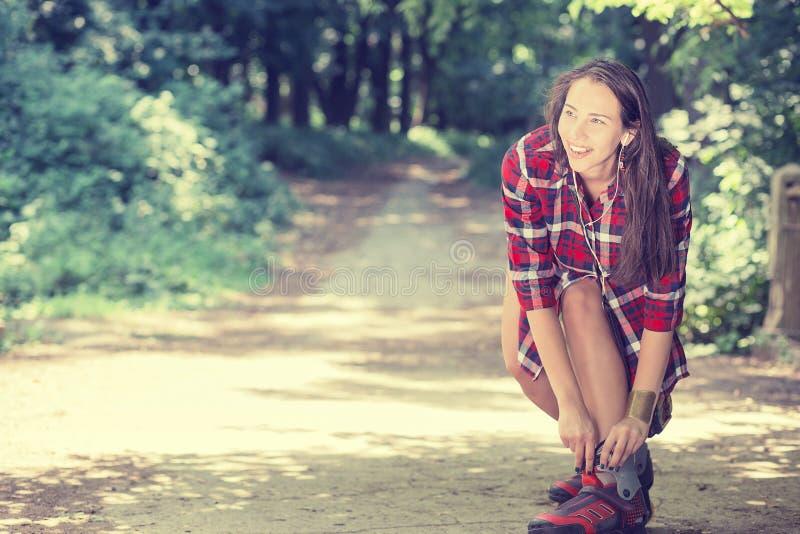Девушка идя rollerblading сидя установка дальше в линию катается на коньках outdoors стоковые изображения rf