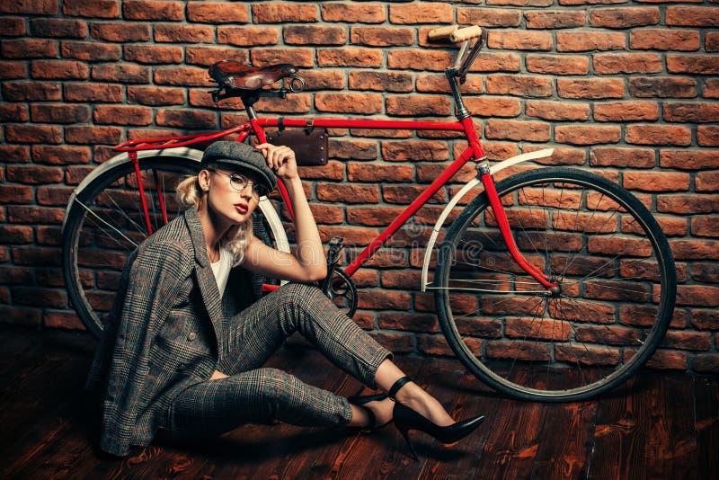 Девушка и bike стоковое фото rf