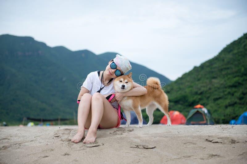 Девушка и Shiba Inu стоковое фото rf