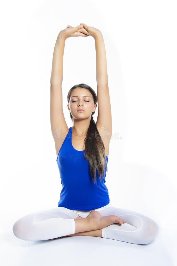 Девушка йоги на белой предпосылке стоковые фото
