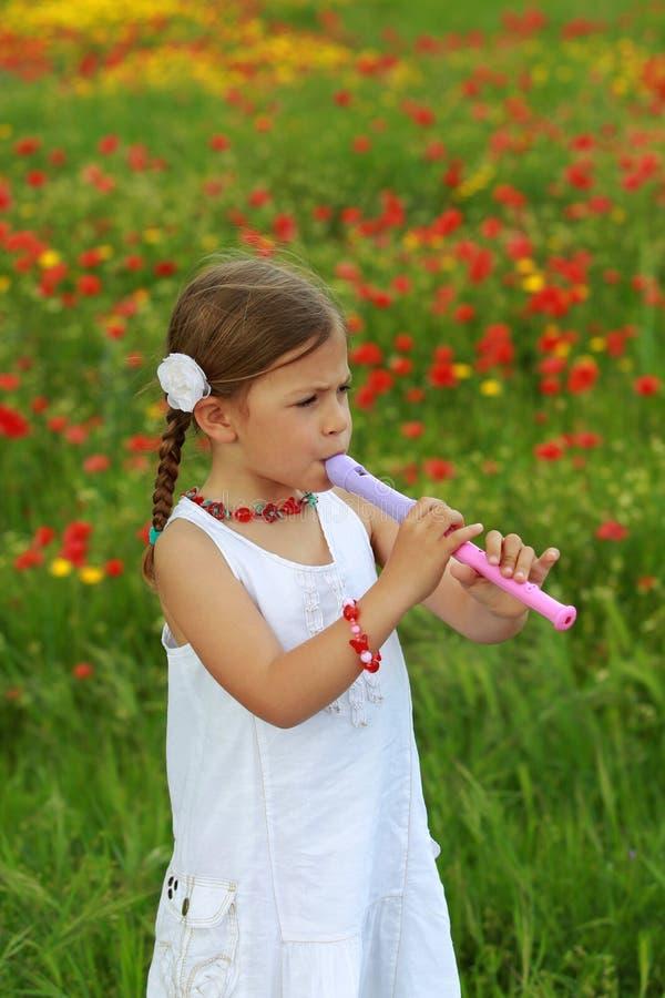 девушка каннелюры играя рекордера стоковое изображение rf