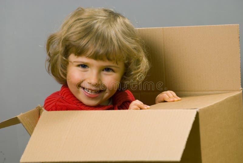 девушка картона коробки немногая стоковая фотография