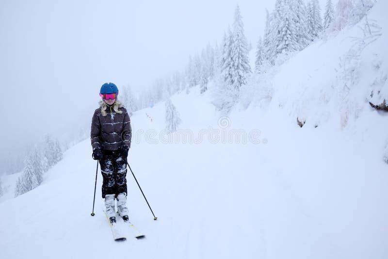 Девушка катается на лыжах стоковое фото rf