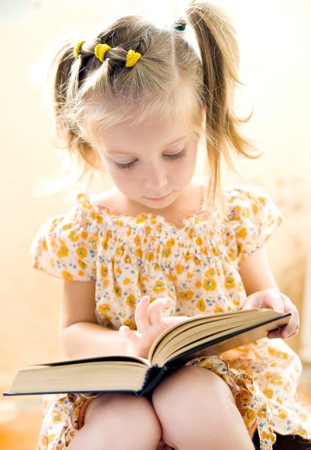 девушка книги меньшее чтение стоковая фотография rf