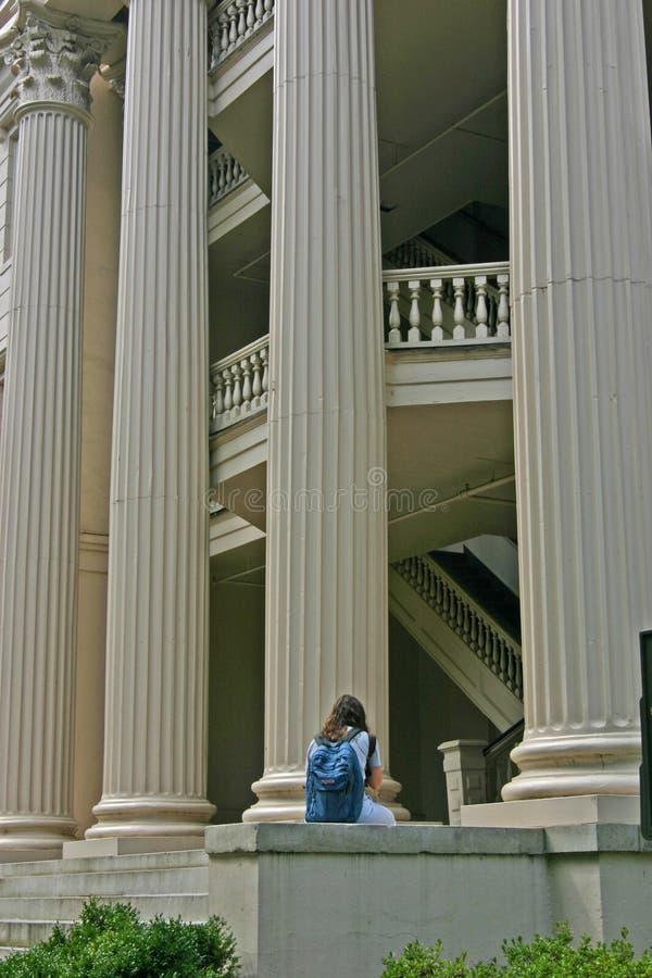 Download девушка колонок передняя стоковое фото. изображение насчитывающей изучать - 87820