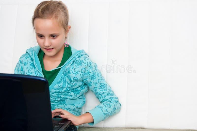девушка компьютера стоковые изображения rf