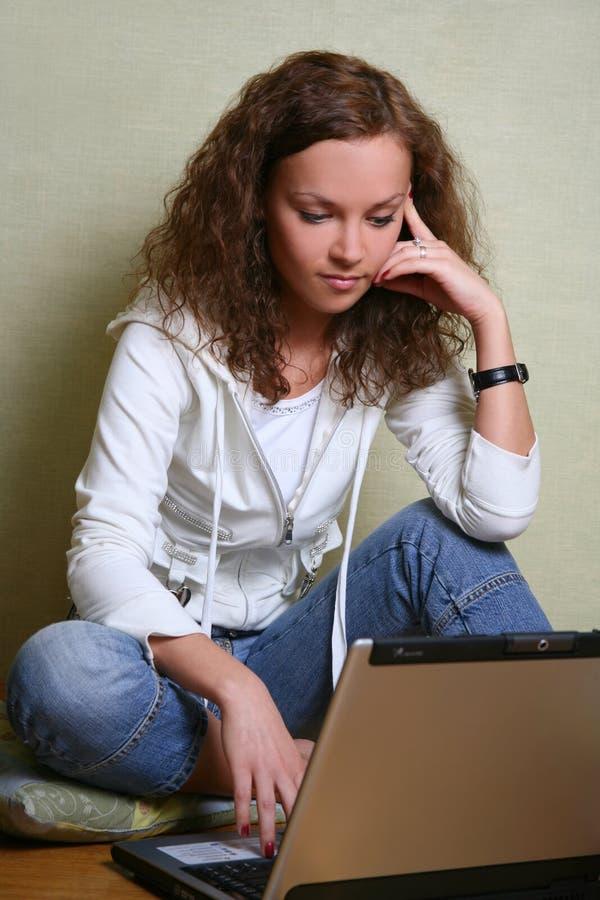девушка компьютера стоковые фотографии rf
