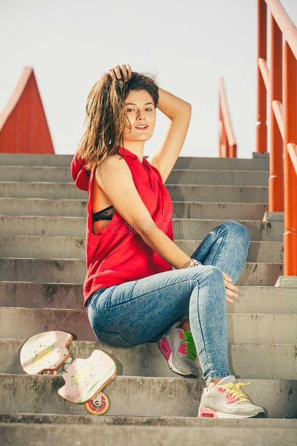 Девушка конька на лестницах с скейтбордом стоковое изображение rf