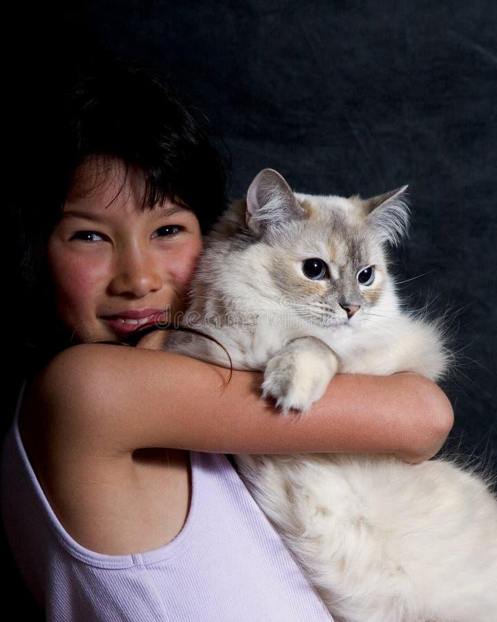 девушка кота ее детеныши удерживания стоковые изображения