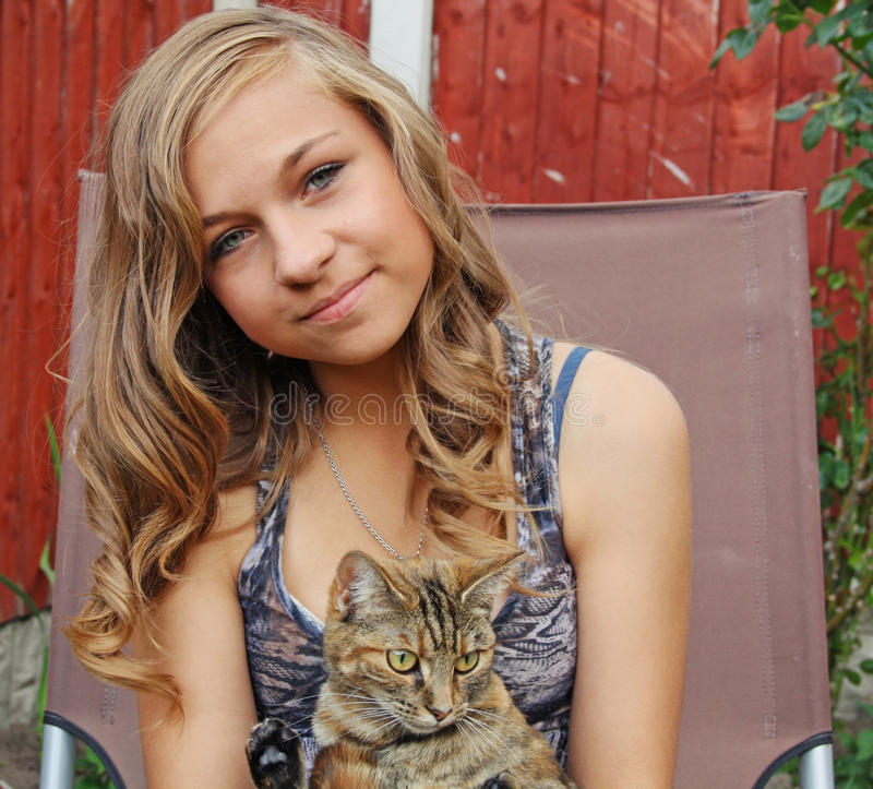 девушка кота подростковая стоковое фото