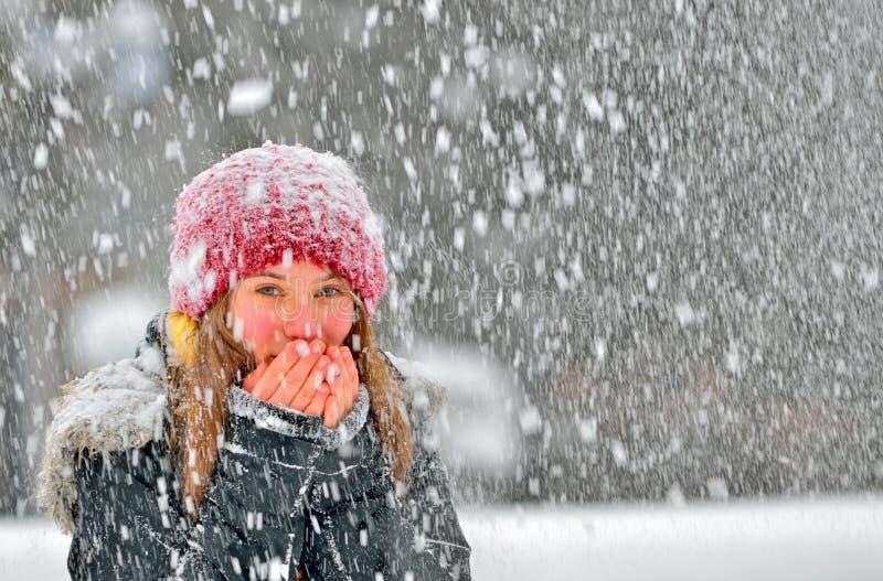 Девушка, который замерли в снеге стоковые изображения rf