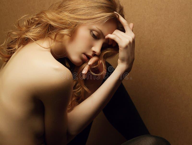 Девушка красивого имбиря красная с волосами стоковое изображение